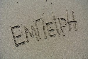 """""""έμπειρη"""",γραμμένο στην άμμο"""