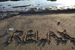 """relax""γραμμένο στην άμμο"